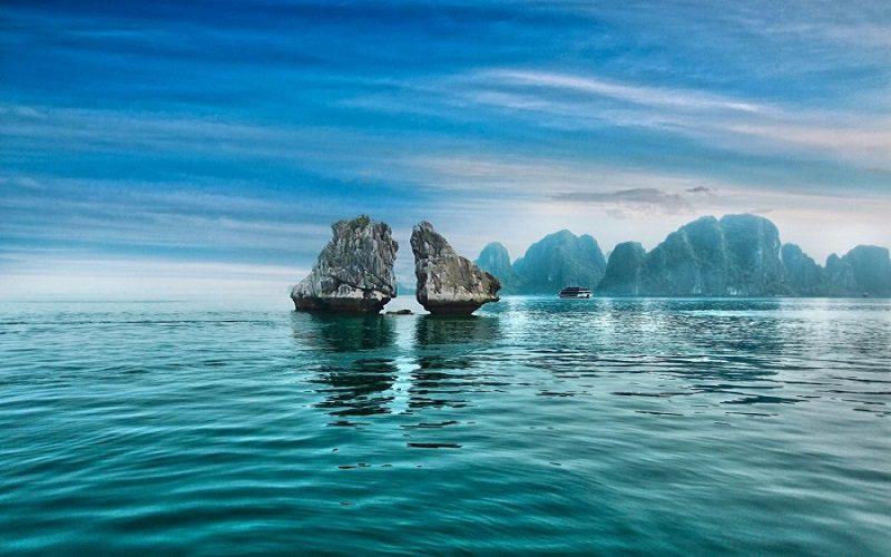 nằm tách biệt giữa biển khơi hòn trống mái là biểu tượng Hạ Long